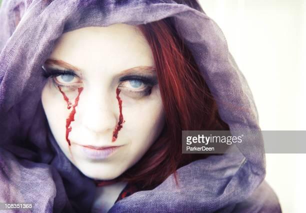 scary zombie mujer con ojos de sangre - sangre humana fotografías e imágenes de stock