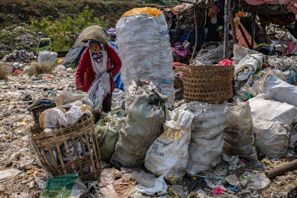 IDN: Landfill Site Copes With Plastic Waste