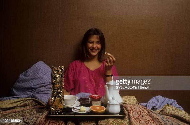 Sophie MARCEAU 16 ans chez ses parents souriante prenant le petit déjeuner assise sur son lit avec son César du meilleur jeune espoir féminin 1983...