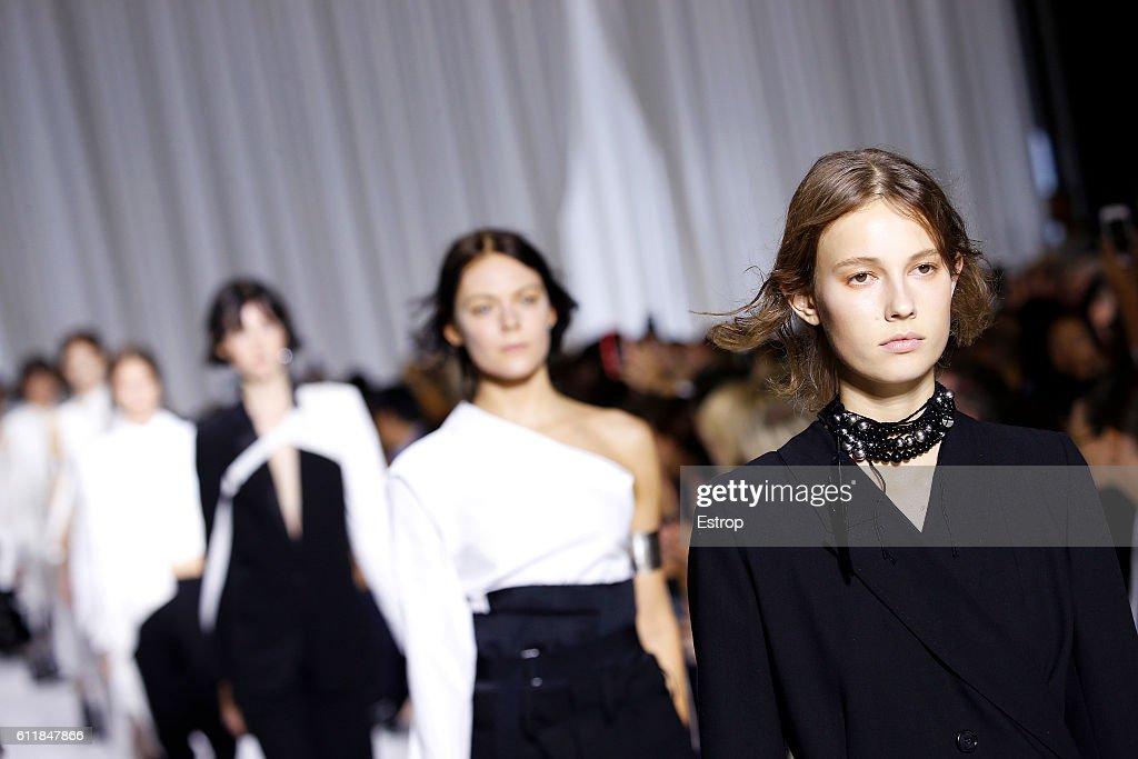 Ann Demeulemeester : Details - Paris Fashion Week Womenswear Spring/Summer 2017 : News Photo