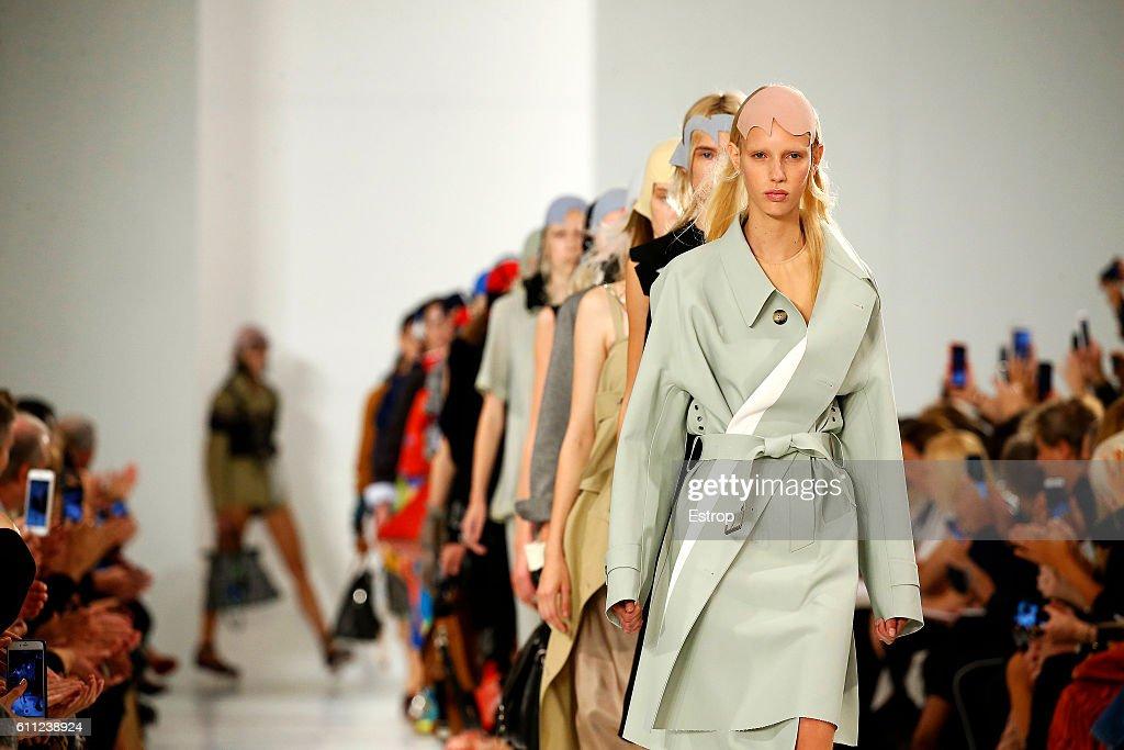 Maison Margiela : Runway - Paris Fashion Week Womenswear Spring/Summer 2017 : News Photo