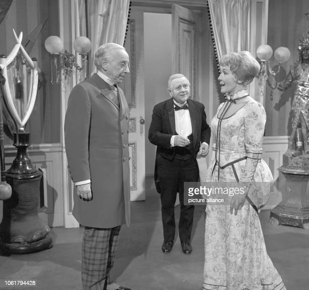 A scene from the TV comedy 'You never can tell' by George Bernard Shaw from 26 February 1963 in studio 1 of Süddeutscher Rundfunk in Stuttgart Actors...