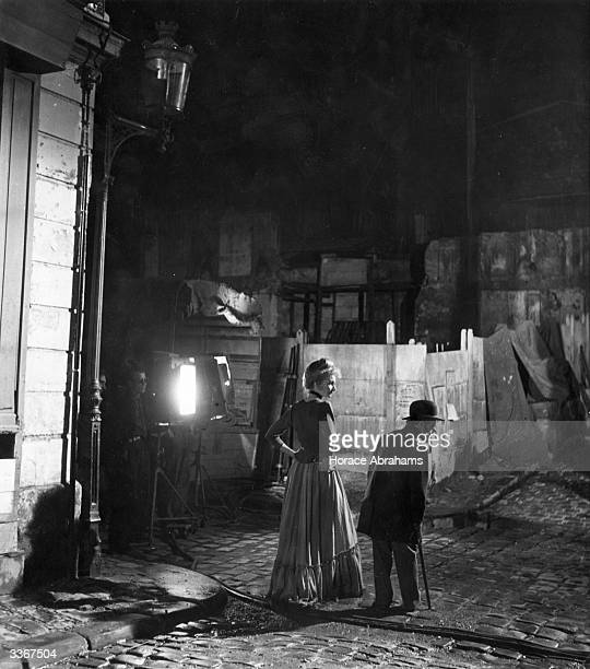 A scene from the United Artists film 'Moulin Rouge' a fictional biopic of Toulouse Lautrec The diminutive artist is played by Jose Ferrer but for...