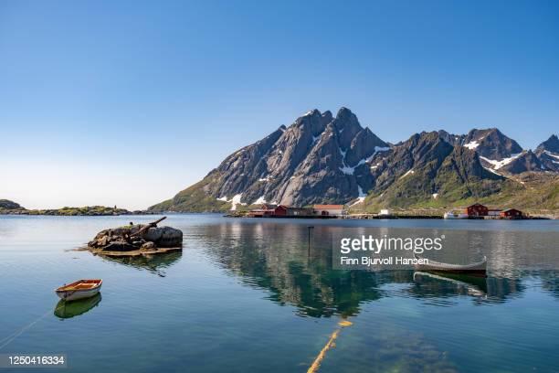 scenery from sund in lofotoen islands norway. sunny day with a clear blue sky - finn bjurvoll stock-fotos und bilder