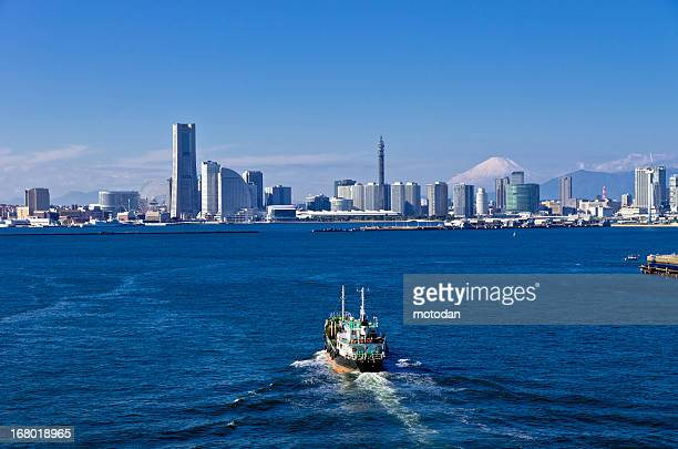 scenery of the yokohama harbor and mt. fuji - yokohama fotografías e imágenes de stock