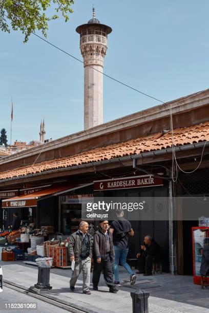 """Szenen aus dem Alltag in der Türkei. Menschen vor dem historischen """"Bakircilar Pasaji"""" in der Stadt Gaziantep"""
