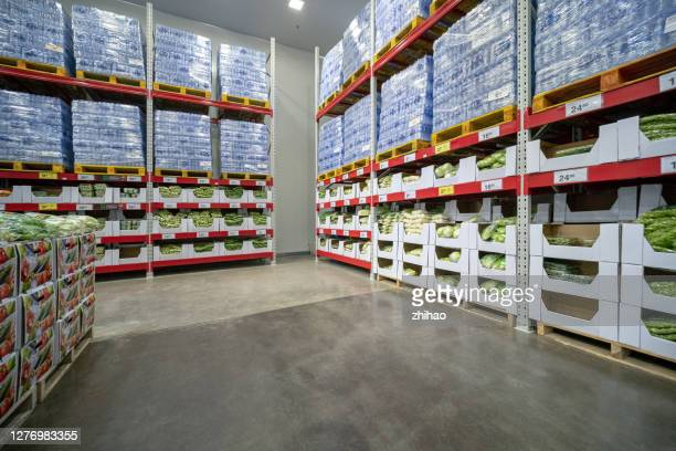 scenes in a large fruit and vegetable market - produce aisle stock pictures, royalty-free photos & images