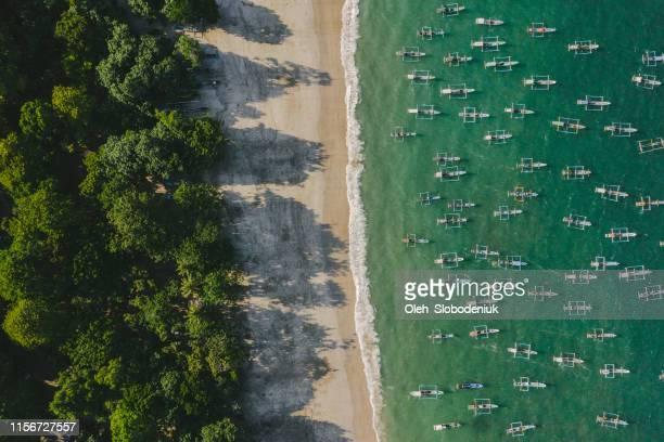 vista aérea panorámica de una gran cantidad de barcos de pesca en la laguna en java - java indonesia fotografías e imágenes de stock