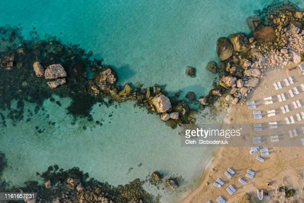 キプロスの青い傘を持つビーチの風光明媚な航空写真 - パフォス ストックフォトと画像
