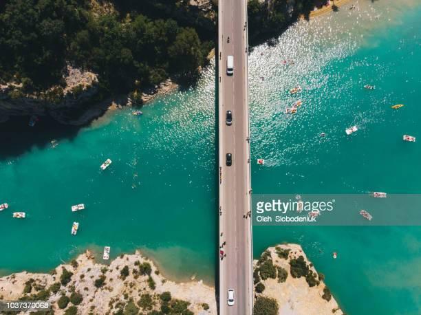 ヴェルドン湖ではボートや橋の上車の風光明媚な空撮 - コートダジュール ストックフォトと画像