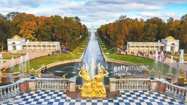 scenic aerial view of grand cascade and samson fountain, peterhof palace, st. petersburg, russia - groot paleis peterhof stockfoto's en -beelden
