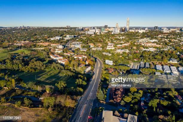 scenic aerial view of johannesburg highway traffic almost non-existent due to coronavirus covid-19 pandemic.  johannesburg skyline in the background. - non urban scene stock-fotos und bilder