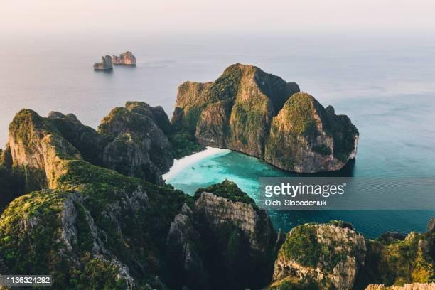 vue aérienne pittoresque de l'île de koh phi phi en thaïlande - océan indien photos et images de collection