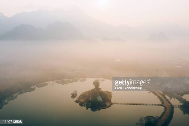 panorámica vista aérea de kyauk kalat pagoda en el lago en hpa-an - formación karst fotografías e imágenes de stock