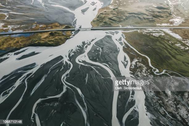mooie luchtfoto van weg in de buurt van de rivier in ijsland - broek stockfoto's en -beelden