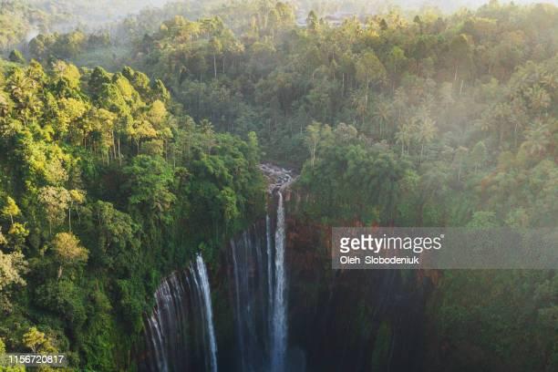 malerische luftaufnahme des tumpak sewu wasserfalls auf java - indonesien stock-fotos und bilder