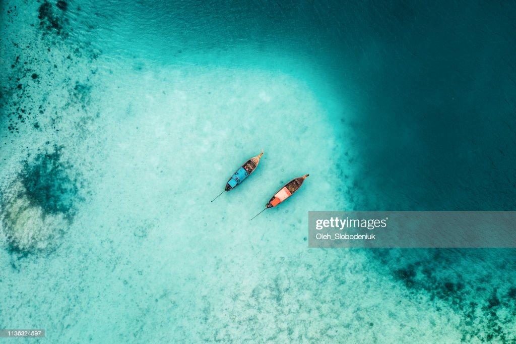 Vue aérienne panoramique de deux bateaux sur la mer en Thaïlande : Photo