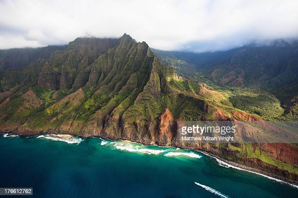scenic aerial views of kauai from above - na pali coast stock pictures, royalty-free photos & images