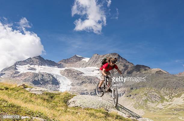 malerische bernina mountainbiking, schweiz - kanton graubünden stock-fotos und bilder