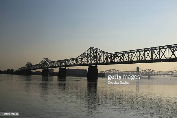 scenic cantilever bridge over the water - louisville kentucky stock pictures, royalty-free photos & images