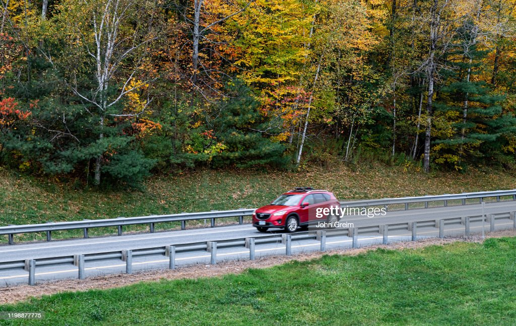 Scenic drive with autumn color... : News Photo