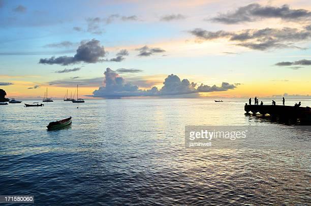 Malerische exotische Sonnenuntergang mit pier und Boote