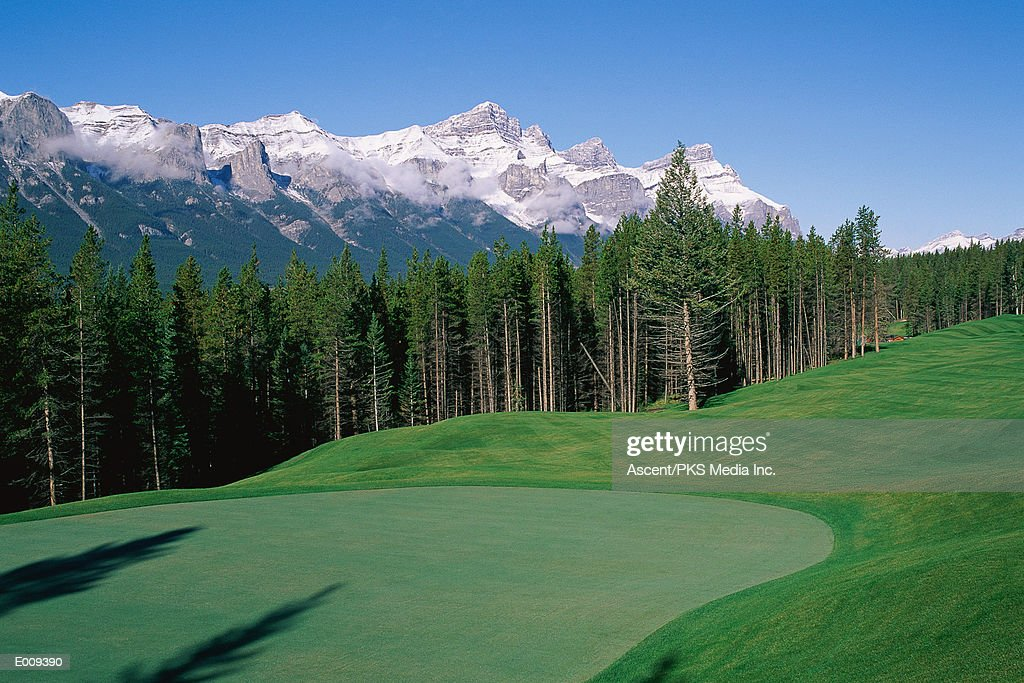 Scenic golf course with mountains in background : Foto de stock