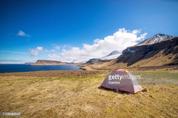 Schilderachtig landschap met een camping tent bij Seashore in IJsland