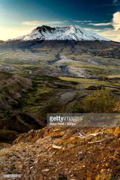 scenic landscape with snowcapped mount st. helens, washington state, usa - mount st. helens stock pictures, royalty-free photos & images
