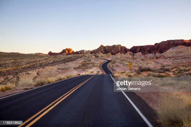 a scenic road in the desert - conceitos e temas - fotografias e filmes do acervo