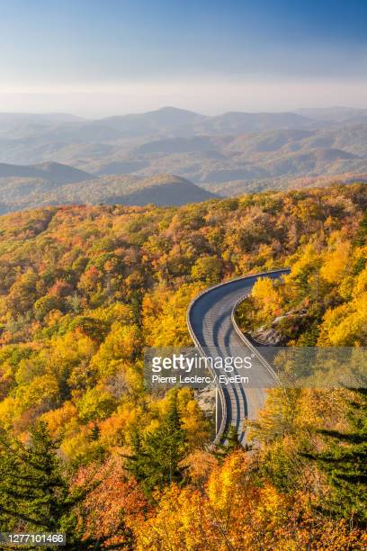 scenic road, the blue ridge parkway in autumn - blue ridge parkway stock pictures, royalty-free photos & images