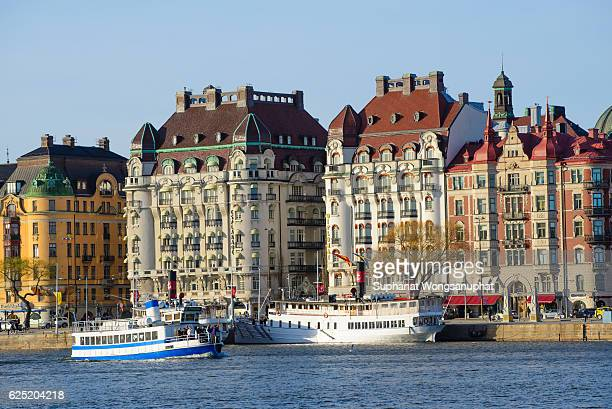 scenic summer panorama of the old town (gamla stan) pier architecture in stockholm, sweden - 宮殿 ストックフォトと画像