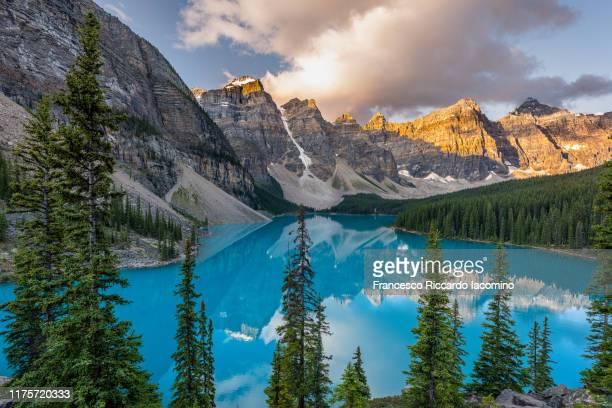 scenic sunrise view of moraine lake from rock pile viewpoint. banff, alberta, canada. - provinz alberta stock-fotos und bilder