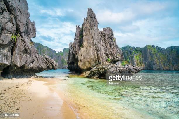escénica playa tropical, el nido palawan filipinas - paisajes de filipinas fotografías e imágenes de stock
