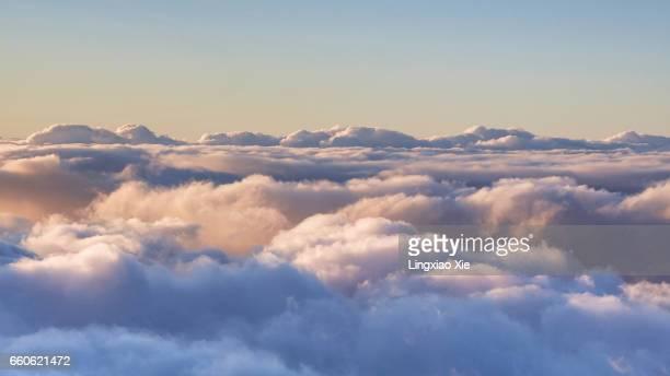 scenic view above the clouds - alleen lucht stockfoto's en -beelden