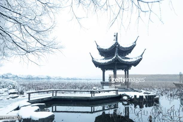 scenic view of a pavilion by the west lake in snow - west lake hangzhou stock pictures, royalty-free photos & images