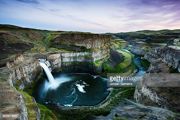 scenic view of a waterfall. - washington state stock pictures, royalty-free photos & images