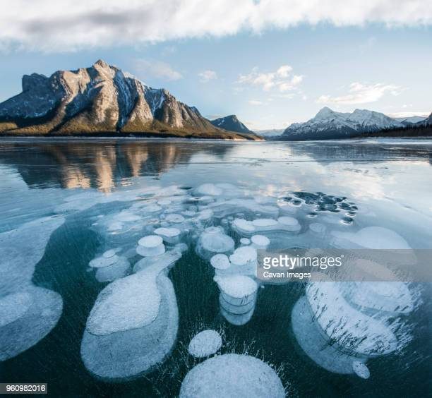 scenic view of abraham lake against sky during winter - see abraham lake stock-fotos und bilder