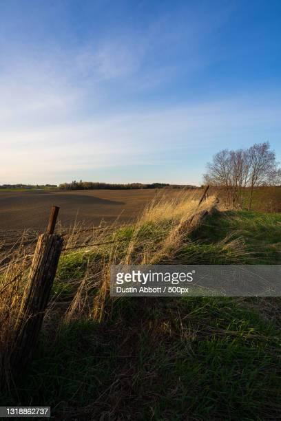scenic view of agricultural field against sky,shawville,canada - dustin abbott imagens e fotografias de stock