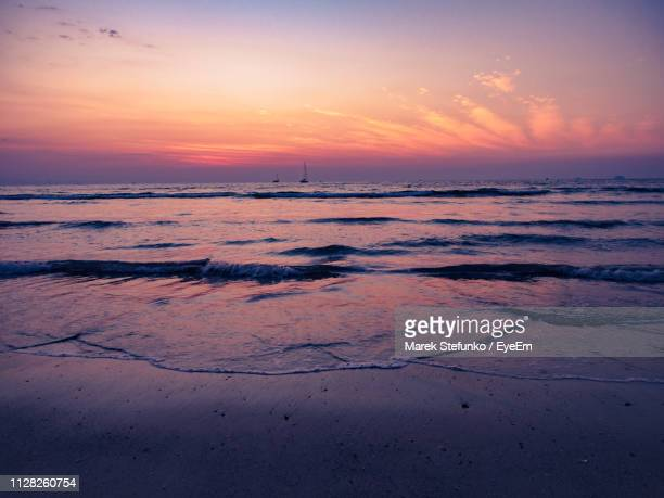 scenic view of beach against sky during sunset - marek stefunko imagens e fotografias de stock