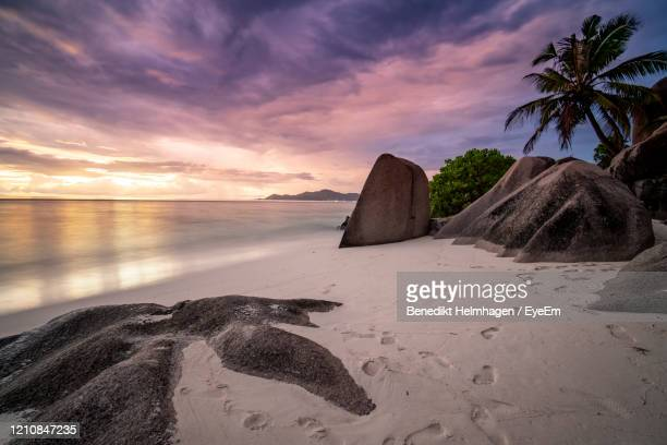 scenic view of beach against sky during sunset - paisajes de haiti fotografías e imágenes de stock