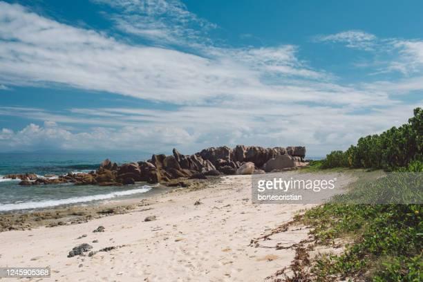 scenic view of beach against sky - bortes foto e immagini stock