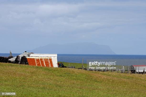 scenic view of beach against sky - tristan da cunha eiland stockfoto's en -beelden