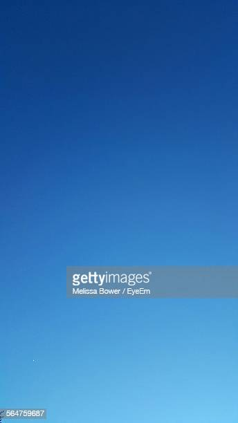 scenic view of blue sky - heldere lucht stockfoto's en -beelden
