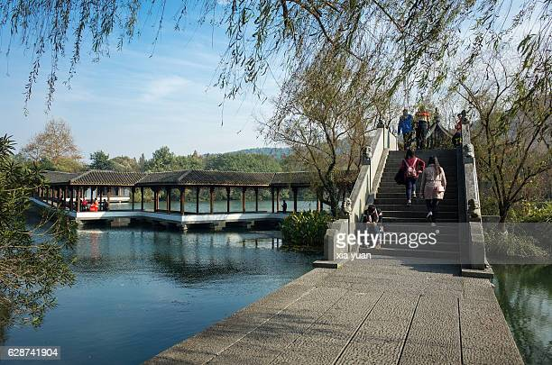 scenic view of bridge and the long corridor on the west lake,hangzhou,china - west lake hangzhou stock pictures, royalty-free photos & images
