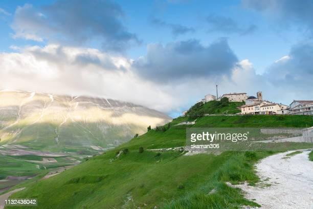 scenic view of castelluccio near monte sibilini national park perugia  umbria italy - カステッルッチョ ストックフォトと画像