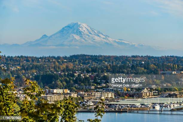 scenic view of city and mountains against sky - des moines stock pictures, royalty-free photos & images