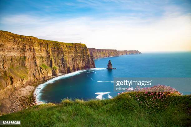 scenic view of cliffs of moher, liscannor, ireland - irlanda fotografías e imágenes de stock