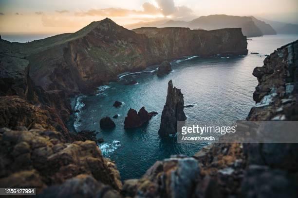 vista panorámica de los acantilados costeros al amanecer - madeira fotografías e imágenes de stock