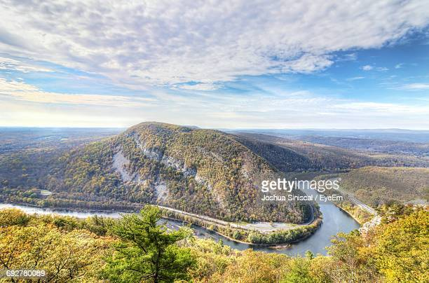 scenic view of delaware water gap by mountains against cloudy sky - pocono mountains stock pictures, royalty-free photos & images